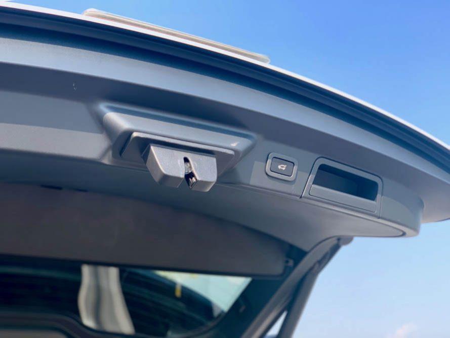 Cần bán xe LandRover Range Rover Velar P250 R-Dynamic HSE đời 2017, màu trắng, nhập khẩu