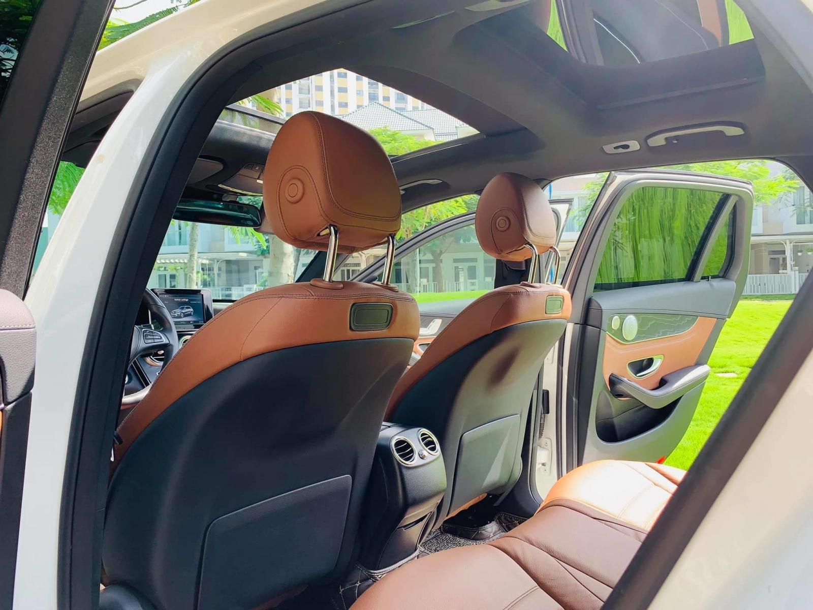 Bán xe Mercedes GLC300 trắng 2018 có Apple Carplay - trả trước 700 triệu nhận xe