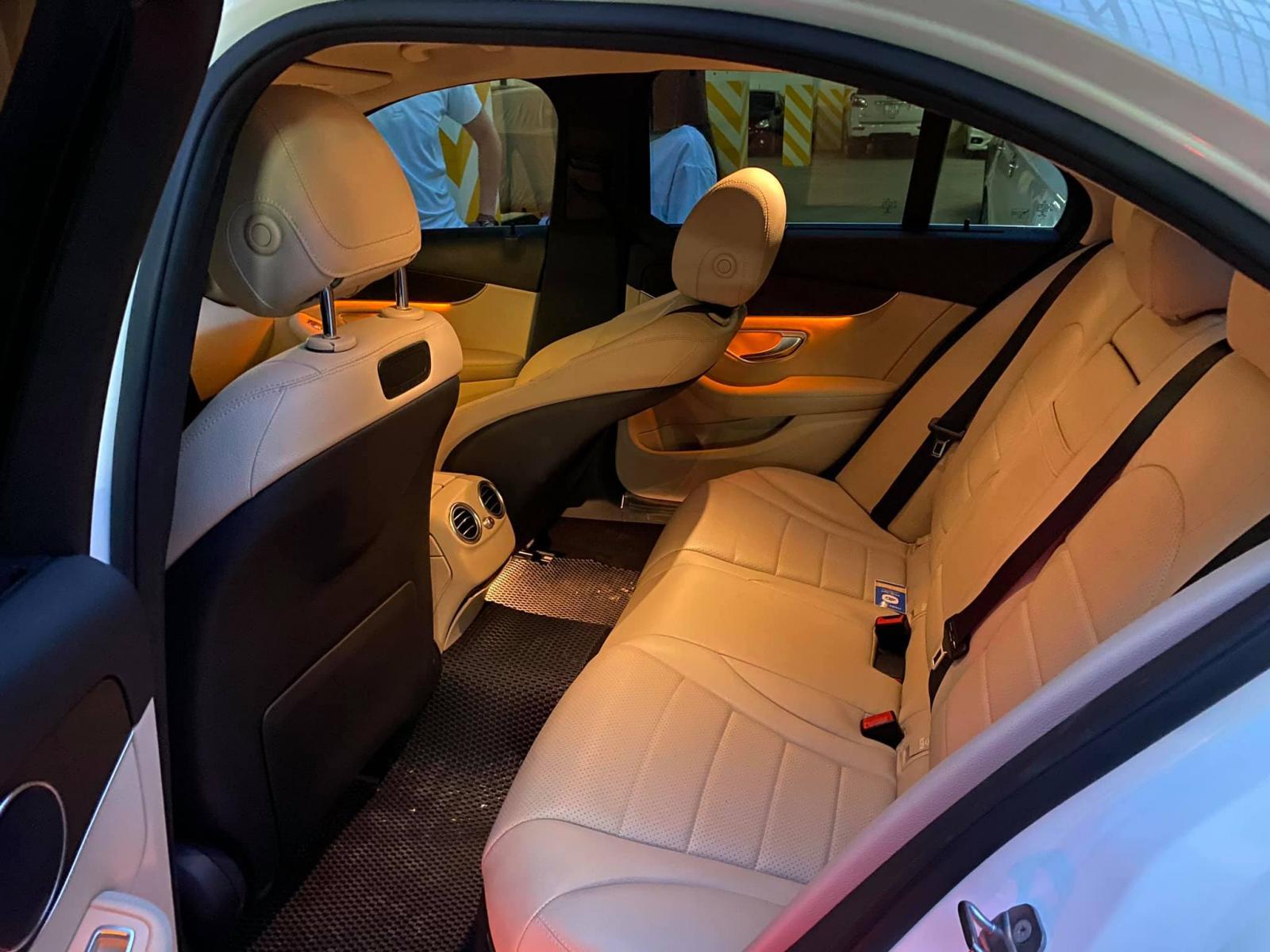 Bán xe Mercedes C200 trắng/kem 2017 - trả trước 500 triệu nhận xe