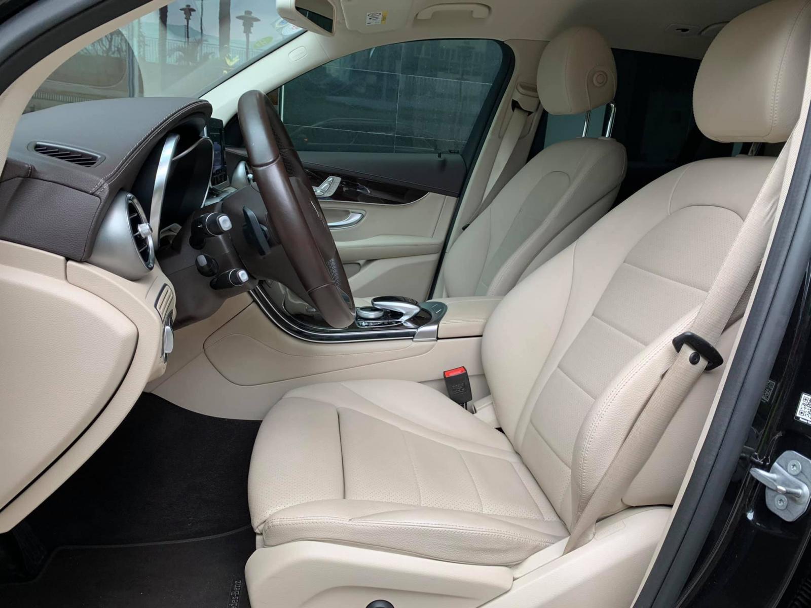 Cần bán xe Mercedes GLC200 đời 2019, màu đen