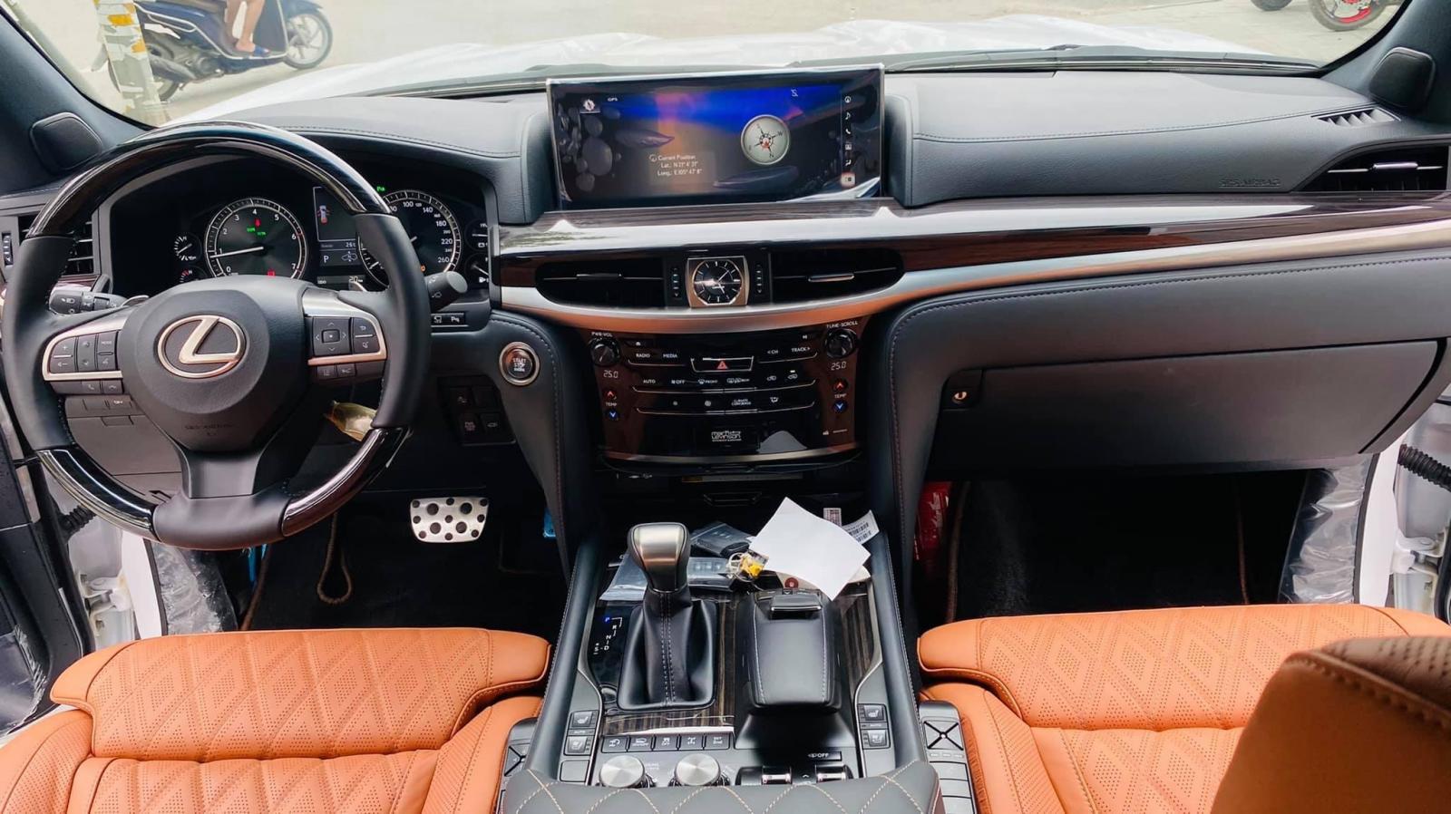 Bán ô tô Lexus LX 570 sản xuất 2021, màu trắng, nhập khẩu